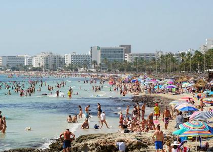 Люди на пляже Кала-Миллор