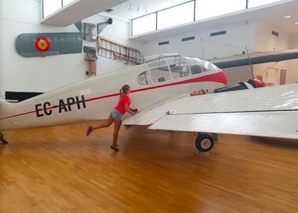Около самолета в музее аэропорта