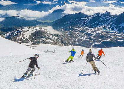 Спуск с горы на курорте Эспот Эски лыжи в Испании