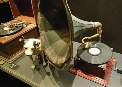 Старинные музыкальные инструменты в интерактивном музее музыки