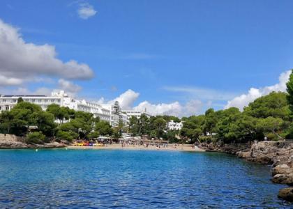 Вид на пляж в бухте Кала-Гран