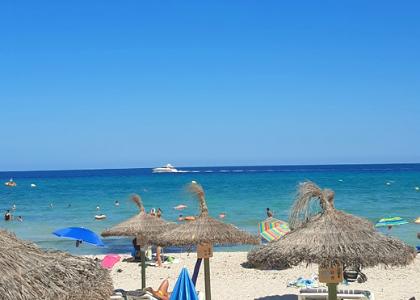 Зонтики на пляже Кала-Миллор
