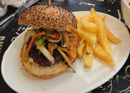 Бургер с картофелем в баре Schilling
