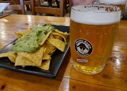 Пиво и начос в баре la Ovella Negra