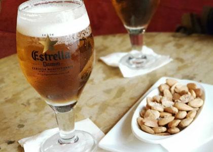 Пиво с орешками в баре Schilling