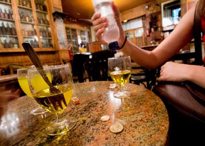 Приготовление абсента в баре Marsella