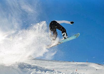 Сноубордист на курорте Серлер