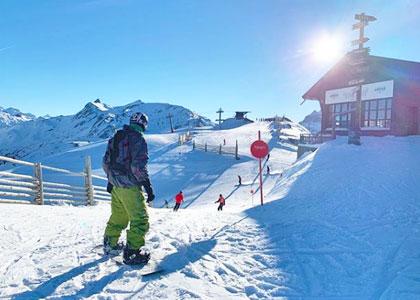 Сноубордисты на курорте candanchu