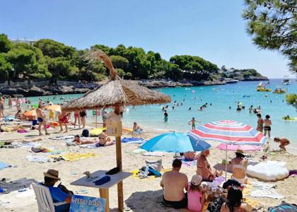 На пляже курорта Кала д'Ор