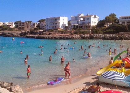 На пляже курорта Портоколом