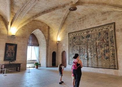 Осмотр дворца Альмудайна