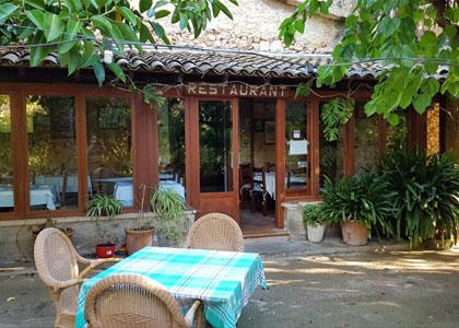 Ресторан в тропическом парке в Порто-Кристо