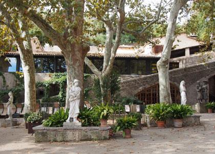 Во дворе поместья Ла Гранха