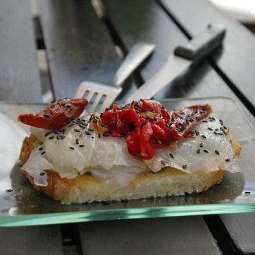 Bacalao. <p> Хлеб, помидор и соленая треска.
