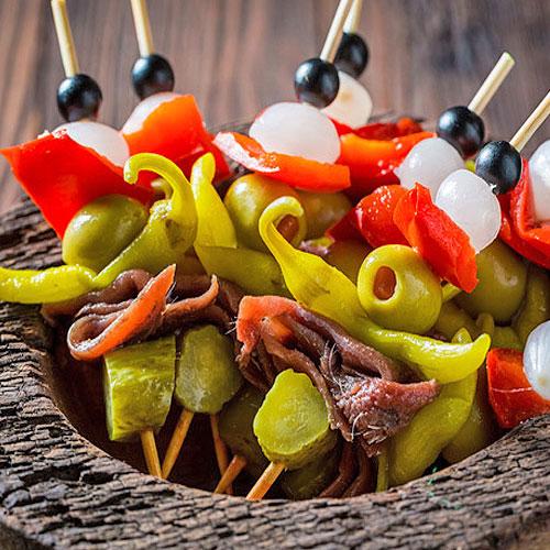 Banderillas. <p> Сытное блюдо из шашлыков с морепродуктами, яйцами, овощами и оливками.