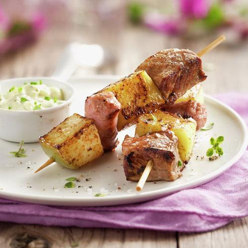 Brocheta de carne. <p> Мясные шашлычки. Обязательно сочные. Часто их подают с овощами и даже фруктами.