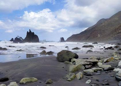 Каменистый пляж Бенихо