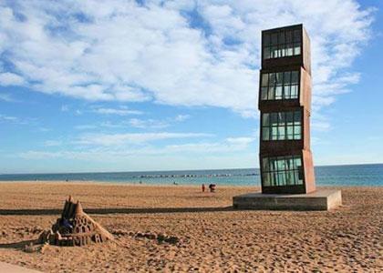 На пляже Барселонета