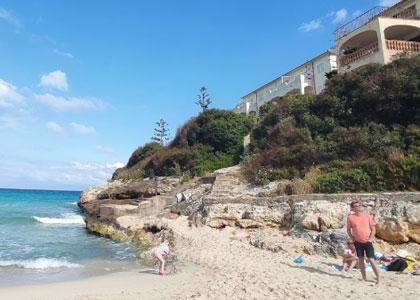 На пляже Кала-Мандия