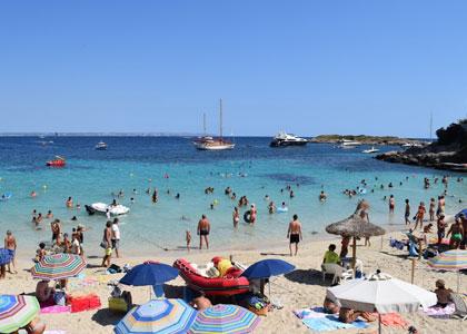 На пляже d'Illetes