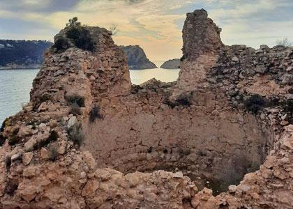 Остатки крепости около пляжа Granadella