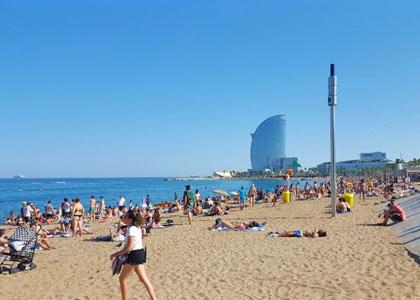 Отдыхающие на пляже Барселонета