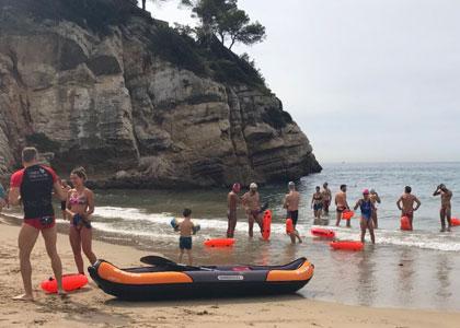 Отдыхающие на пляже Кала-Кранкс