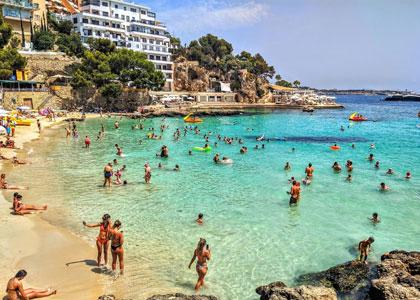 Отдыхающие на пляже d'Illetes