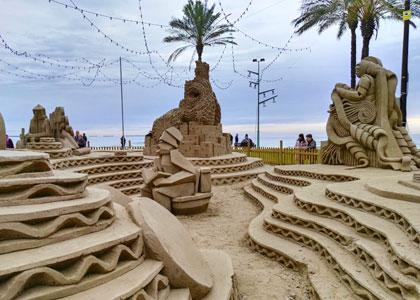 Песочные фигуры на пляже Ла Пинеда