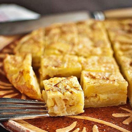 Tortilla espanola. <p> Национальный испанский омлет с луком и картофелем.