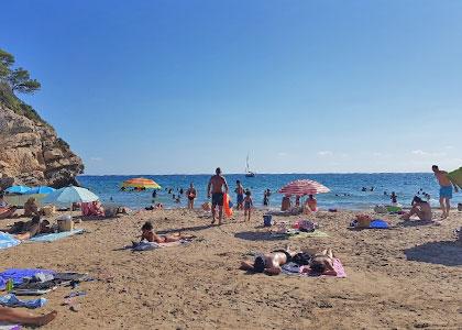 Загорающие на пляже Кала-Кранкс