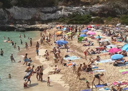 Загорающие на пляже Кала-Мандия