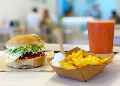 Бургер с картошкой и смузи в ресторане Burger Mel