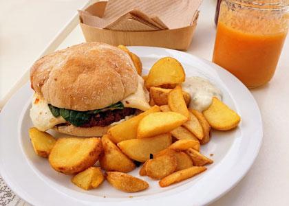 Бургер с картошкой и смузи в ресторане El Limon