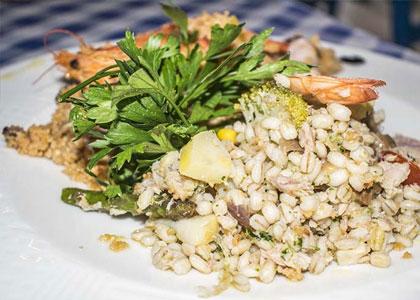 Креветки с гарниром в ресторане Agua y Sal
