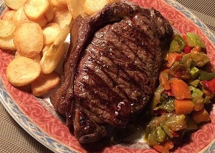 Мясо с картофелем в ресторане Parilla Argentina Gardel