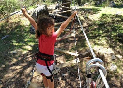 На канатной дорожке в веревочном парке De Pino a Pino