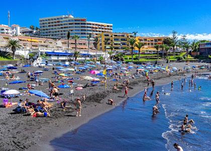 На пляже Плайя-де-ла-Арена