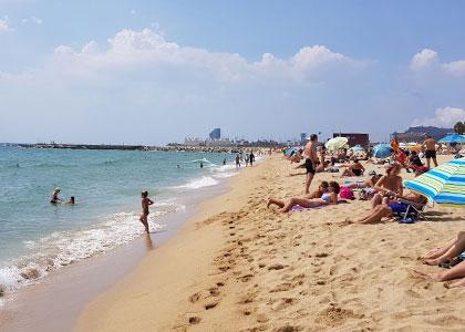 Отдыхающие на пляже Богатель