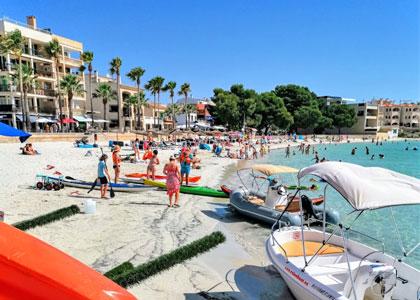 Отдыхающие на пляже Es Port