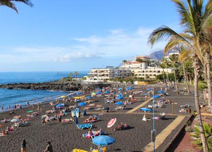 Отдыхающие на пляже Плайя-де-ла-Арена