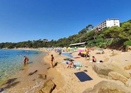 Отдыхающие на пляже Санта-Кристина