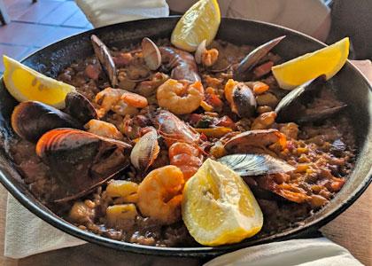 Паэлья с морепродуктами в ресторане Meson Castellano