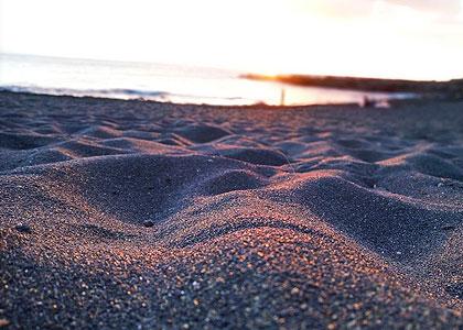 Песок на пляже Плайя-де-ла-Арена