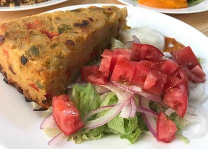 Пирог с салатом в ресторане K-Vegan