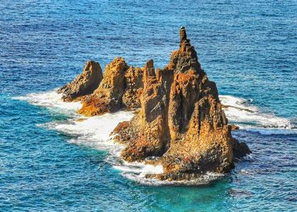 Скалы на пляже Бенихо