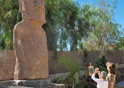 Статуя среди пирамид Гуимар
