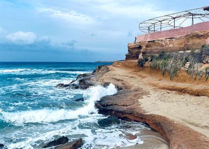 У пляжа Кала-Комте