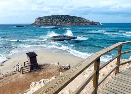 Вид на пляже Кала-Комте