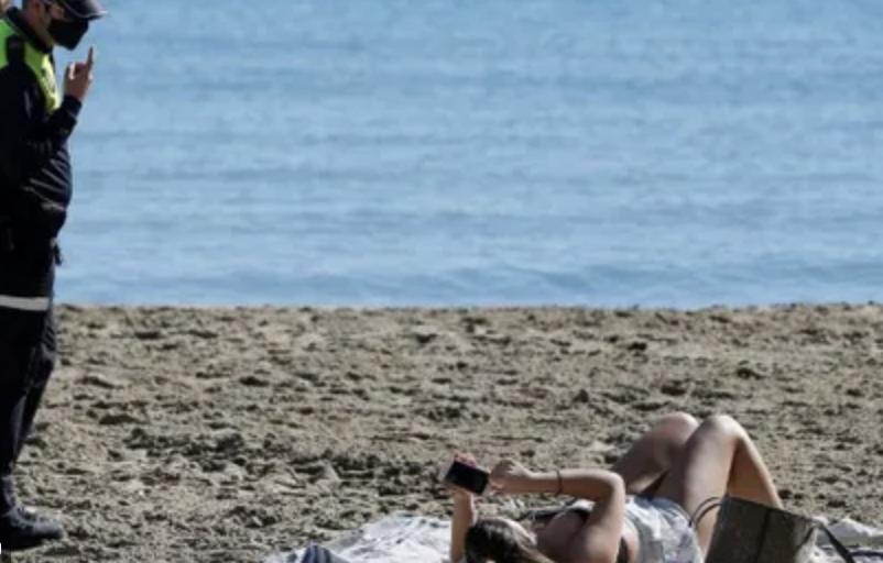 маска на пляже в Испании